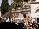 מתחת להוספיס האוסטרי בירושלים, אלפים נושאים את הצלב