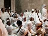 האתיופים בדיר אל סולטאן בכנסיית הקבר ביום חמישי  (רחיצת כפות הרגליים)