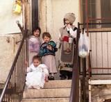 ילדים בתחפושת פורים בכניסה לבית בשכונת בתי אונגרין
