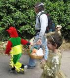הילדים נושאים משלוח מנות
