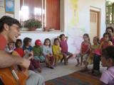 אמיר שר עם ילדי עם בוסתן