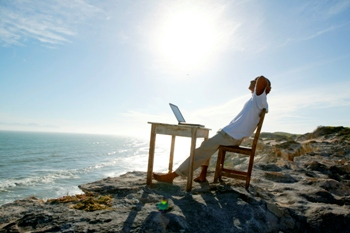 כותב תוכן שיווקי ברגוע בחוף הים