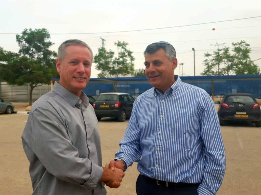 ראש המועצה עם מנהל המעבר שמעון לוי
