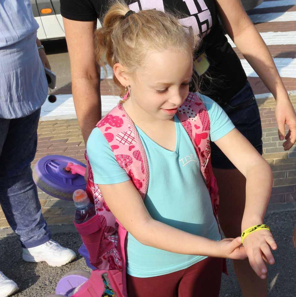 תלמידה עמק חרוד מציגה לראווה את הצמיד הזוהר