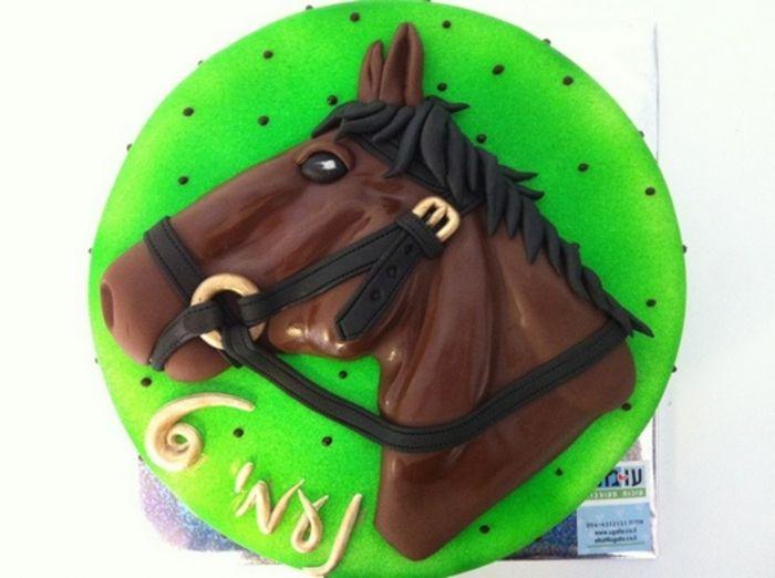 עוגה עם תבליט של סוס