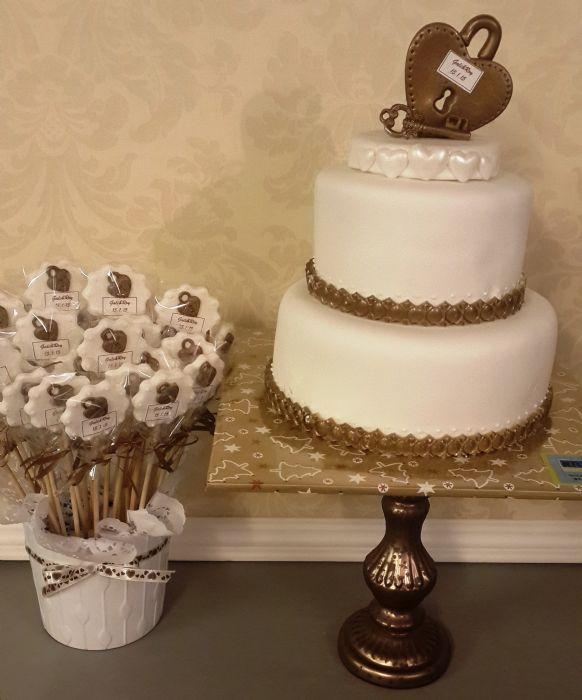 עוגת חתונה עם מנעול וסוכריות תואמות