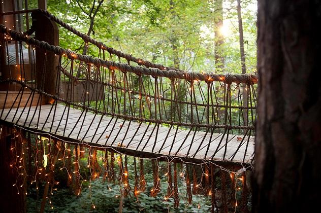 גשר בין הבתים מעץ