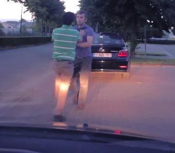 נהגים הולכים מכות בכביש