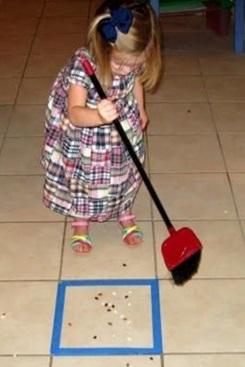 ילדה מטאטאת משחק