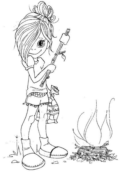 ילדה חמודה עומדת ליד המדורה