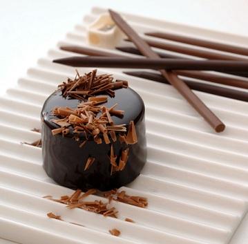 עוגה מקושטת בשבבי עיפרון שוקולד