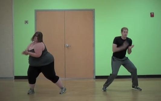 אישה שמנה רוקדת