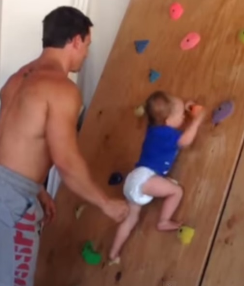 תינוק מטפס על קיר בלי עזרה