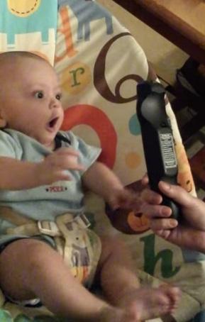 סרטון מצחיק: תינוק נבהל משלט