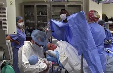 צוות חדר הלידה שר לתינוק שרק נולד
