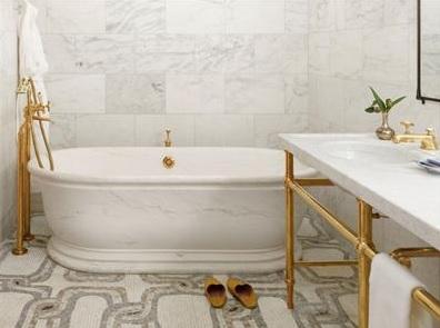 אמבטיה במלון של רוברט דה נירו