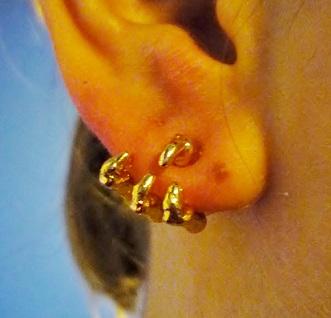 עגיל יד בתוך האוזן