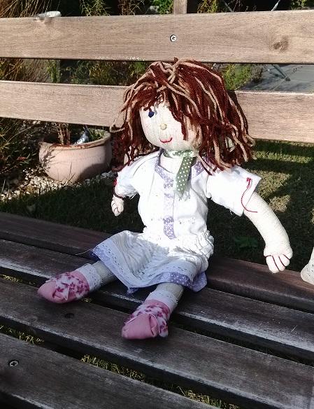 בובה יושבת על ספסל