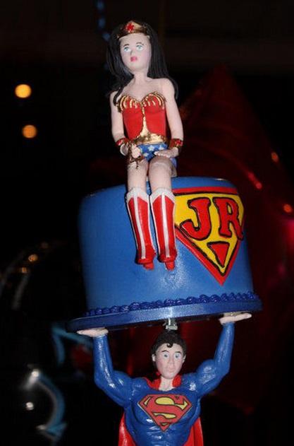 עוגה עם אשת חיל למעלה