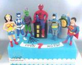 עוגת גיבורי על עם דמויות מפוסלות בבצק סוכר של סופרמן, ספיידרמן, באטמן, וונדרוומן, צב נינג´ה, פאוור דיינג´רס והגובלין הירוק