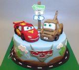 """עוגת יום הולדת עם דמויות ספידי מקווין ומאטר מהסרט """"מכוניות"""" של דיסני"""