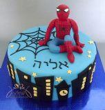 עוגת יום הולדת עם דמות ספיידרמן יושב מעל גורדי השחקים של ניו-יורק