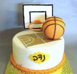 עוגת מגרש כדורסל עם לוח סל וכדורסל