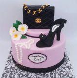 עוגה לסטייליסטית עם תיק אלגנטי של שאנל ונעל עקב של גוצ´י.