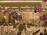 עיצוב מרכז שולחן לבריתה פרחים מעוצבים מבלונים בצבעים סגול ולבן