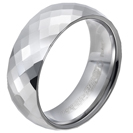 """טבעת טונגסטן לגבר מוברקת עם חיתוך דמוי יהלומים 8 מ""""מ."""