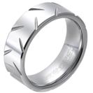 """טבעת טונגסטן לגבר מוברקת עם חריצים אלכסוניים חרוטים 8 מ""""מ."""