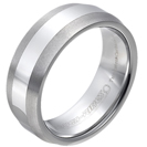 """טבעת טונגסטן לגבר מוברקת עם אמצע מוחלק בהיר וקצוות משופעים 8 מ""""מ."""