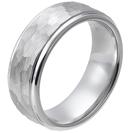 """טבעת טונגסטן לבן לגבר מוברשת, מוברקת ומרוקעת 8 מ""""מ."""