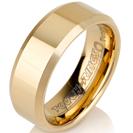 """טבעת טונגסטן לגבר מוברקת בציפוי זהב בעובי 8 מ""""מ."""