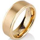 טבעת טונגסטן לגבר מוברקת עם אמצע מוברש בציפוי זהב בעובי 8 ממ.