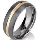 טבעת טונגסטן לגבר מוברשת עם עיטור אמצע מזהב מוברק בעובי 8 ממ.