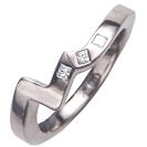 טבעת נישואין מפותלת ברוחב של 2.6 ממ המשובצת ב 3 יהלומים בחיתוך פרינסס במשקל כולל של כ- 0.05 קרט בצבע F וניקיון VS2, את היהלומים ניתן לשבץ לאחר החתונה.