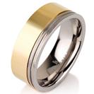 """טבעת לגבר מטיטניום ברוחב 8 מ""""מ בעלת שני פסים החרוטים בלייזר בדפנות, הטבעת מצופה למחצה בזהב צהוב 14 קראט."""
