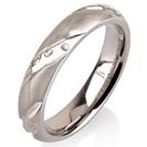 """טבעת לגבר מטיטניום ברוחב 4 מ""""מ ובעיצוב מט ומוברק לסירוגין עם חריטה המעניקה מראה של יהלומים."""