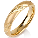 """טבעת לגבר מטיטניום ברוחב 4 מ""""מ ובעיצוב מט ומוברק לסירוגין עם חריטה המעניקה מראה של יהלומים הטבעת מצופה בזהב צהוב 14 קראט."""
