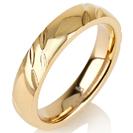 """טבעת לגבר מטיטניום ברוחב 4 מ""""מ בעיצוב עדין עם מוברקת לרוחב עם ציפוי זהב צהוב 14 קראט."""
