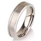 """טבעת לגבר מטיטניום ברוחב 5 מ""""מ בגימור מט עם פס מוברק וקצוות משופעים."""