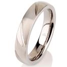 """טבעת לגבר מטיטניום ברוחב 4 מ""""מ בעיצוב עדין עם חריטות לייזר  בגימור מט לרוחב הטבעת."""