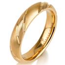 """טבעת לגבר מטיטניום ברוחב 4 מ""""מ בעיצוב ייחודי בעל 3 חיתוכים לרוחב הטבעת,  בגימור מט, הטבעת מצופה בזהב צהוב 14 קראט."""