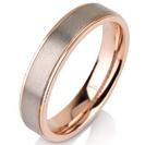 """טבעת לגבר מטיטניום  ברוחב 5 מ""""מ עם אמצע בגימור מט וצדדים מוברקים ומצופים בזהב אדום 14 קראט."""