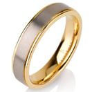 """טבעת לגבר מטיטניום ברוחב 5 מ""""מ עם אמצע בגימור מט וצדדים מוברקים ומצופים בזהב צהוב 14 קראט."""