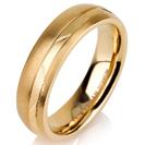 """טבעת לגבר מטיטניום ברוחב 5 מ""""מ בגימור מט עם פס מוברק וחתוך בלייזר, הטבעת מצופה בזהב צהוב 14 קראט."""