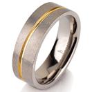 """טבעת לגבר מטיטניום ברוחב 6 מ""""מ עם גימור מט ופס מוברק המצופה בזהב צהוב 14 קראט."""