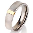 """טבעת לגבר מטיטניום ברוחב 6 מ""""מ הטבעת מתעקלת כלפי פנים ועשויה בגימור מט, לטבעת פלטה עשויה טיטניום המצופה בזהב 14 קראט מתאימה במיוחד לחריטות."""