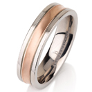 """טבעת לגבר מטיטניום ברוחב 6 מ""""מ בגימור חלק עם אמצע מוברש בגימור מט ומצופה בזהב אדום 14 קראט."""